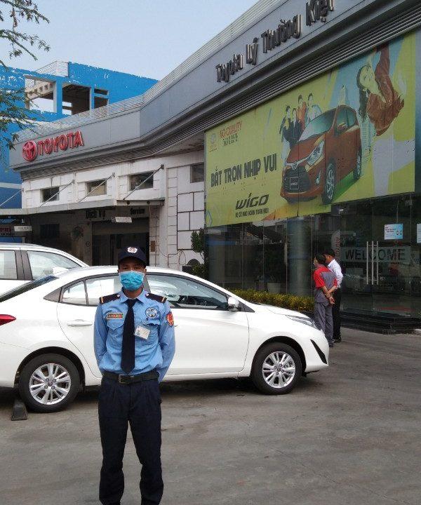 Bảo vệ cho showroom của hãng Toyota Lý Thường Kiệt